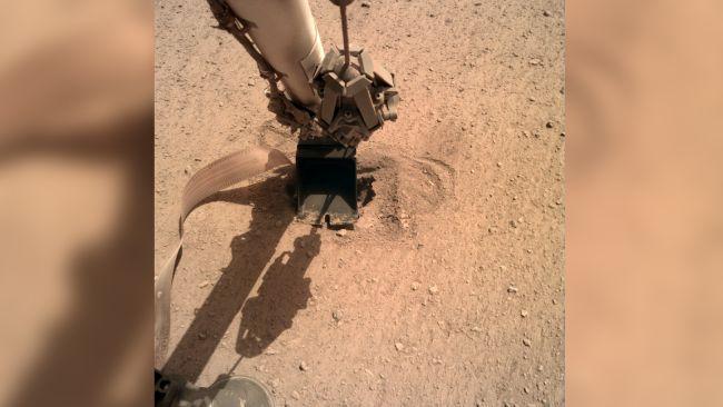 A 'toupeira' em Marte está finalmente no subsolo após um empurrão da sonda InSight da NASA